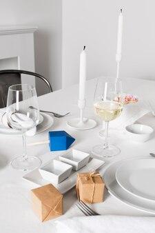 Cenário de mesa de jantar para hanukkah com velas