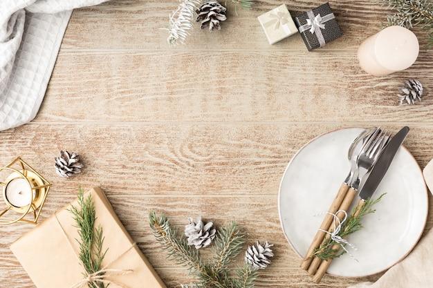 Cenário de mesa de madeira festiva com decorações de natal e inverno