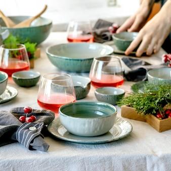 Cenário de mesa de natal com baixela de cerâmica azul