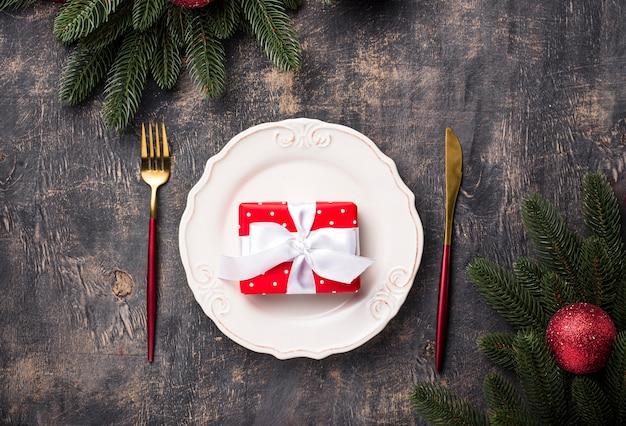 Cenário de mesa de natal com decoração vermelha