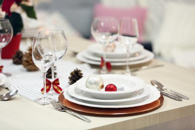 Cenário de mesa de natal com decorações festivas