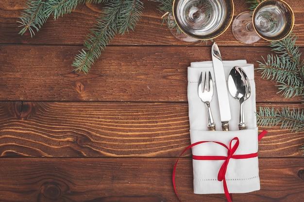Cenário de mesa de natal com galhos de pinheiro e decorações vista superior