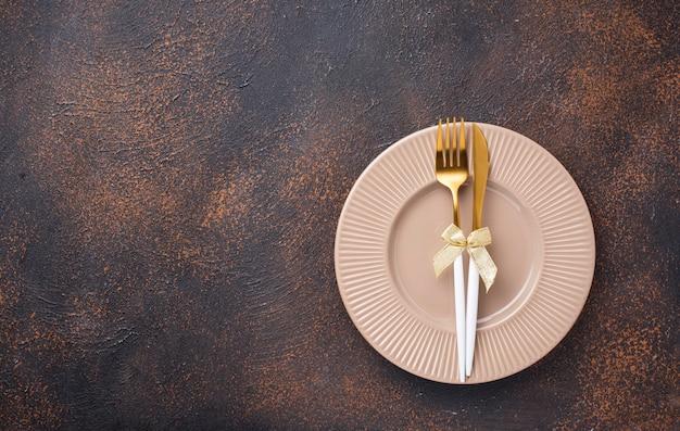 Cenário de mesa de natal e decoração dourada