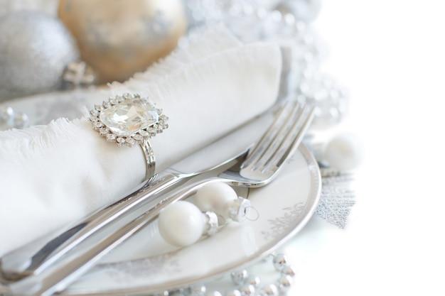 Cenário de mesa de natal prata e creme com decorações de natal