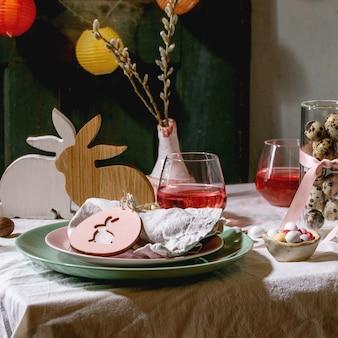 Cenário de mesa de páscoa com decoração de coelho de madeira