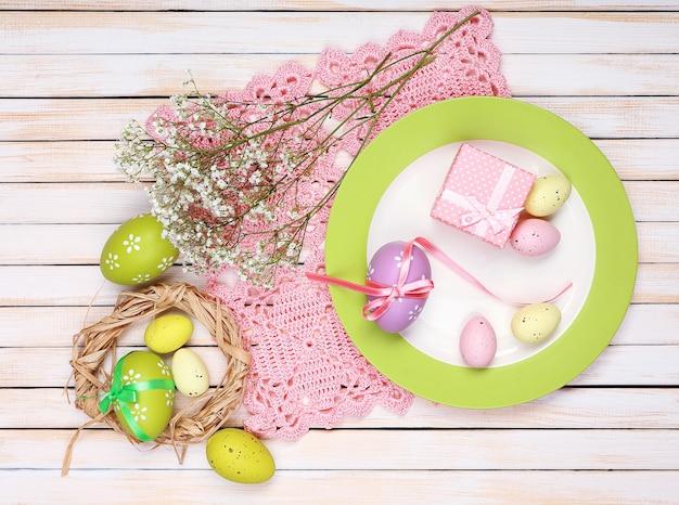Cenário de mesa de páscoa com tulipas e ovos