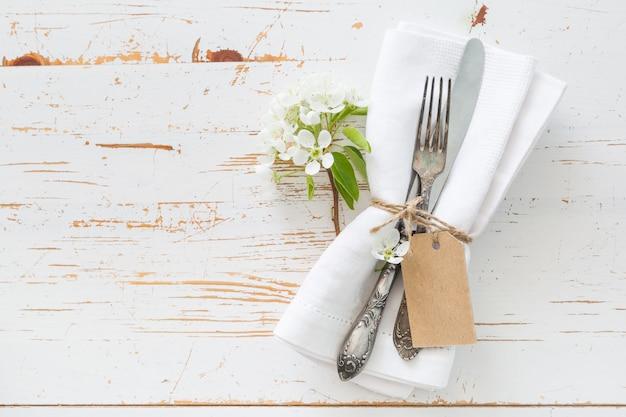 Cenário de mesa de primavera com flores brancas