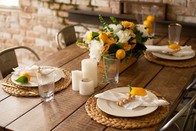 Cenário de mesa de verão com móveis de madeira talheres e limões