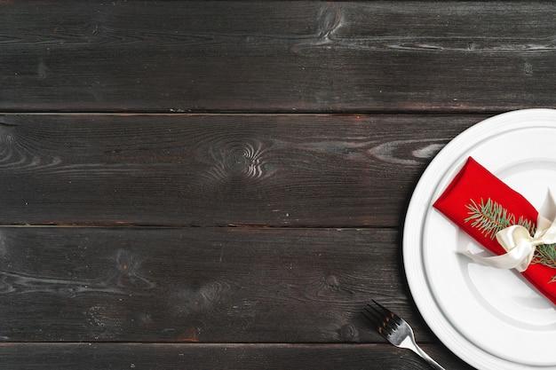 Cenário de mesa elegante com decoração festiva na superfície de madeira