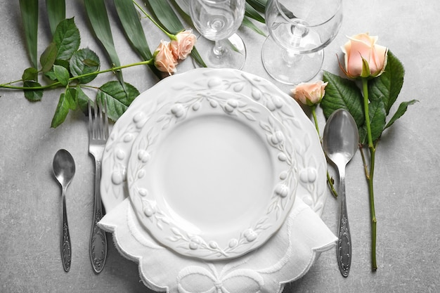 Cenário de mesa elegante com decoração floral