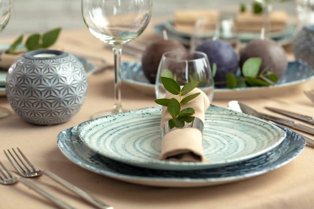 Cenário de mesa em restaurante com decorações elegantes