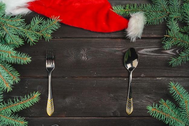 Cenário de mesa festiva com galhos de pinheiro