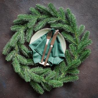 Cenário de mesa festiva com guirlanda de natal.