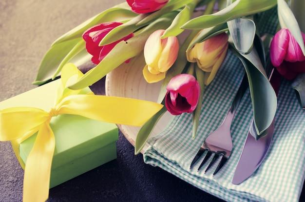 Cenário de mesa festiva com tulipas