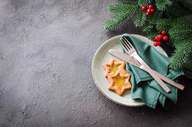 Cenário de mesa festiva de natal com enfeites. fundo de concreto com espaço de cópia.