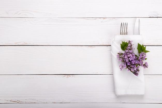 Cenário de mesa festiva de primavera com talheres vintage