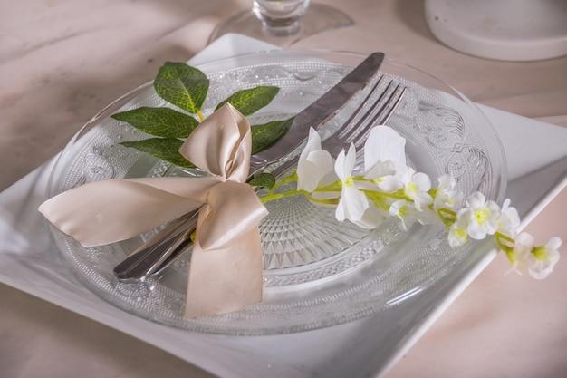 Cenário de mesa festiva no restaurante com flores
