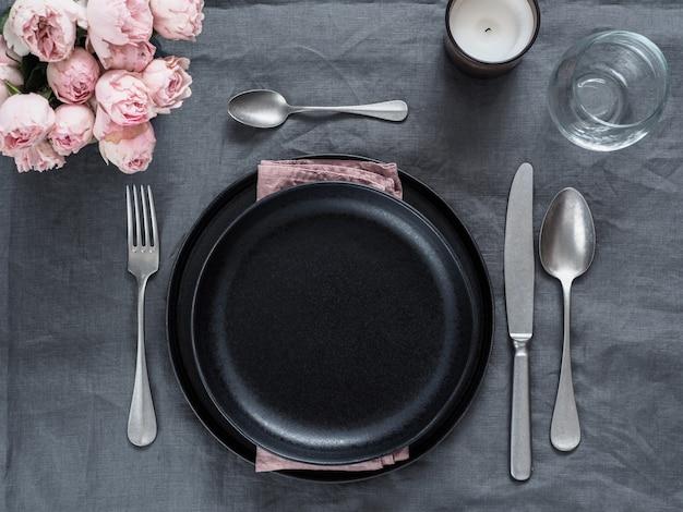 Cenário de mesa linda toalha de linho cinza.