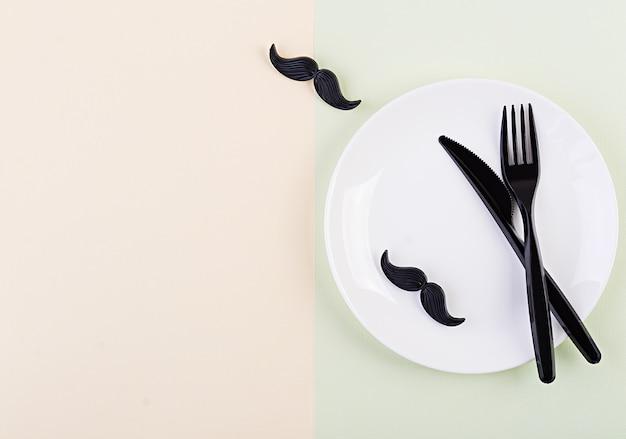 Cenário de mesa no dia dos pais com talheres e bigode. feliz dia dos pais.