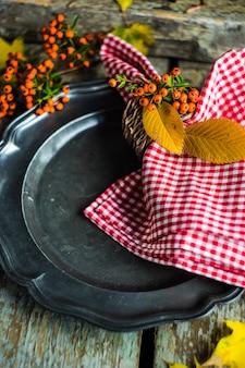 Cenário de mesa outonal com folhas amarelas