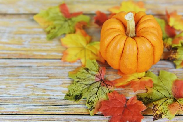 Cenário de mesa outono com feriado de abóboras
