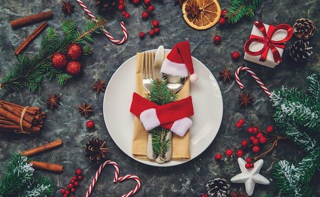 Cenário de mesa para decoração de natal. foco seletivo. sexta-feira.