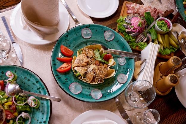 Cenário de mesa para um banquete ou jantar.