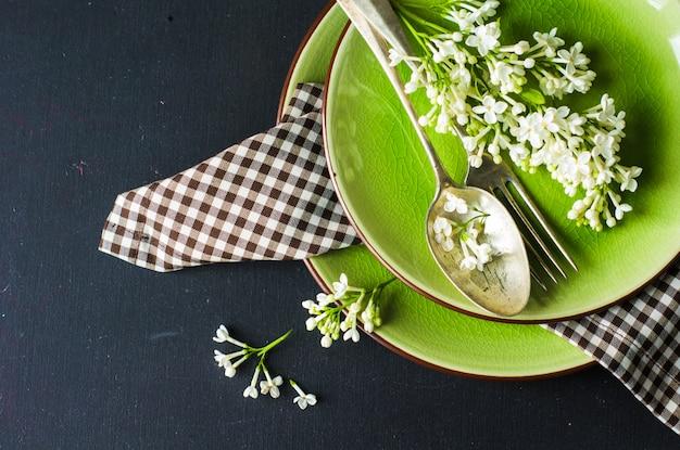 Cenário de mesa primavera com lilás branco