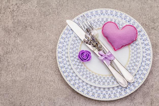 Cenário de mesa romântica com coração de feltro