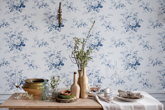 Cenário de mesa rústica. design ecológico interior vintage com madeira, xícaras antigas, pratos e talheres