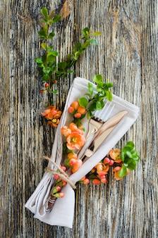 Cenário de mesa vintage com delicadas flores na mesa gasto rústica.