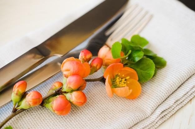 Cenário de mesa vintage com flores delicadas