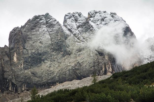 Cenário de montanhas nublado e nublado nos alpes, rochas dolomitas