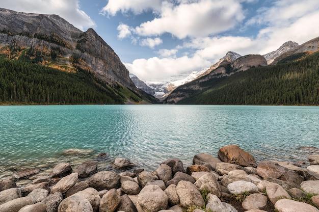 Cenário de montanhas rochosas com céu azul em lake louise no parque nacional de banff