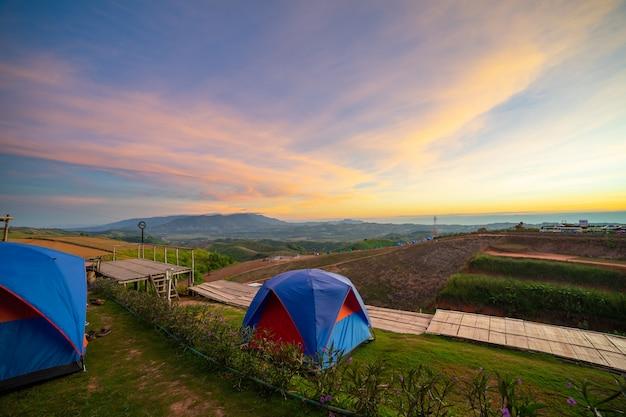 Cenário de paisagens de acampamento.