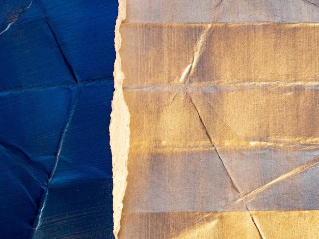 Cenário de papel brilhante rasgado e amassado com pinceladas e textura de tinta.