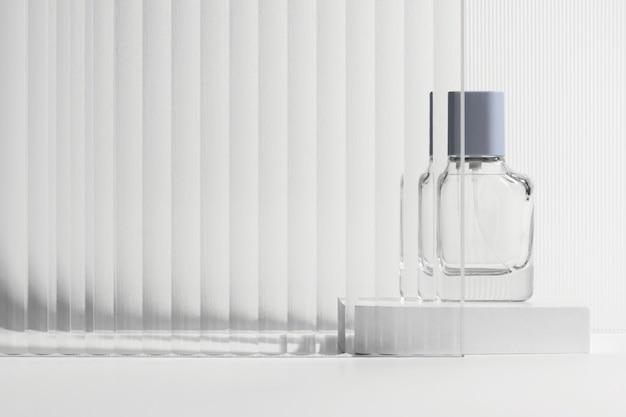 Cenário de produto de vidro estampado com frasco de perfume