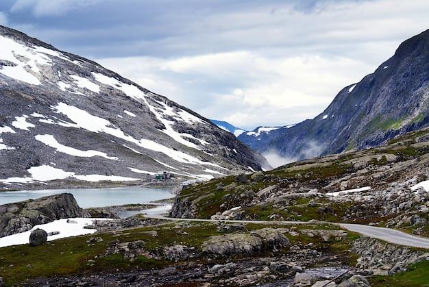 Cenário de tirar o fôlego da bela atlanterhavsveien - atlantic ocean road, noruega