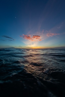 Cenário de tirar o fôlego do pôr do sol sobre o oceano em bonaire, caribe