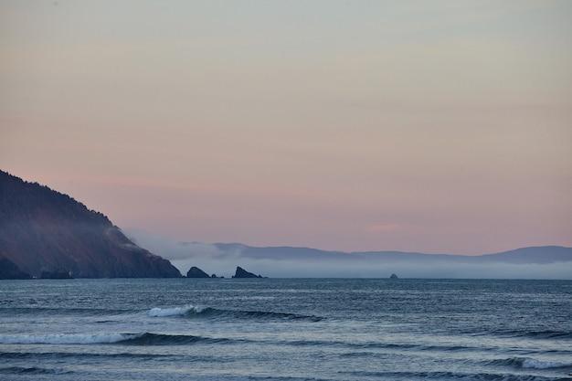 Cenário de um pôr do sol de tirar o fôlego sobre o oceano pacífico perto de eureka, califórnia
