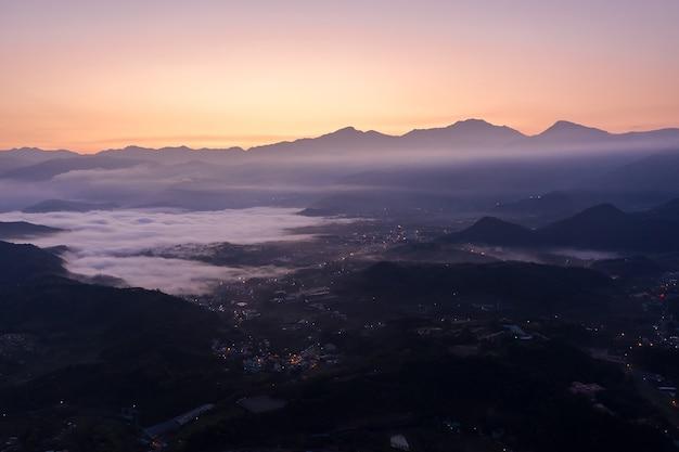 Cenário do nascer do sol da manhã de uma vila na montanha no município de yuchi, nantou, taiwan