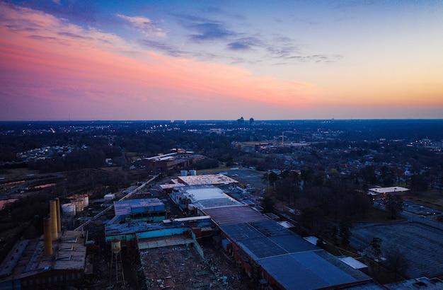 Cenário do pôr do sol em uma construção de moinho em greensboro, carolina do norte, eua