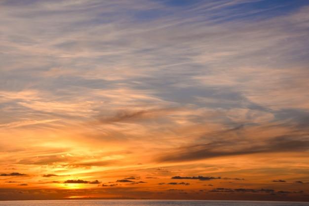 Cenário do pôr do sol no oceano