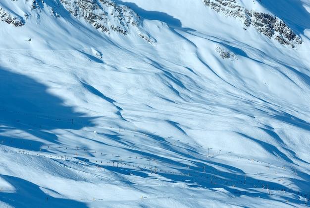 Cenário do teleférico de cabine nas encostas nevadas (tirol, áustria). todos os esquiadores estão irreconhecíveis.