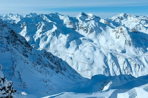 Cenário do teleférico de cabine nas encostas nevadas (tirol, áustria).