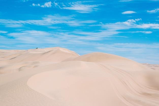 Cenário fascinante das dunas de areia no deserto de huacachina, região de ica, peru