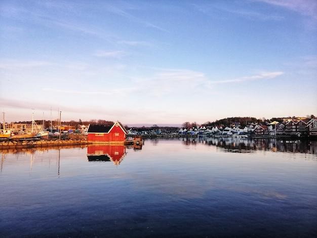 Cenário fascinante de edifícios refletidos no lago em ostre halsen, espanha