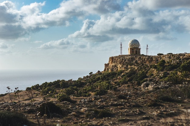 Cenário fascinante de uma formação rochosa na costa do oceano em malta