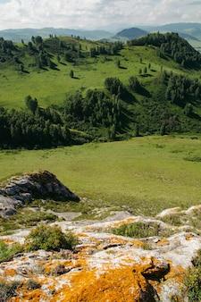 Cenário incrível do vale entre as montanhas e colinas. líquen laranja nas rochas.