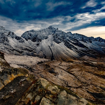 Cenário incrível dos andes frios e rochosos
